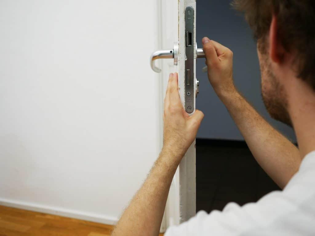 מנעולן מתקן דלת