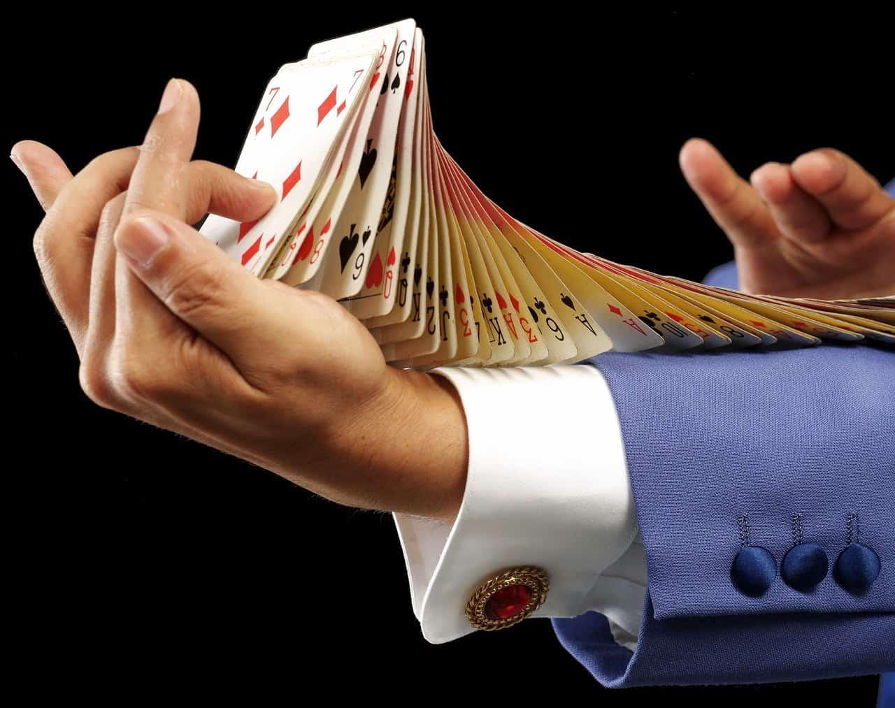 אמן חושים עם קלפים